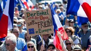Der Enkel und der Opa wollen Frieden in Europa
