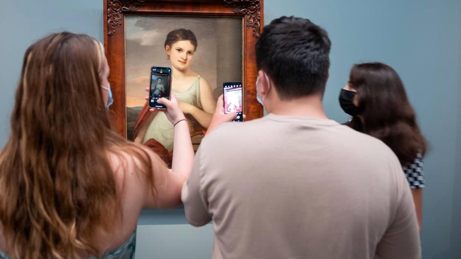 Bildhaft: Jugendliche halten Eindrücke im neuen Romantikmuseum auf ihre Weise fest