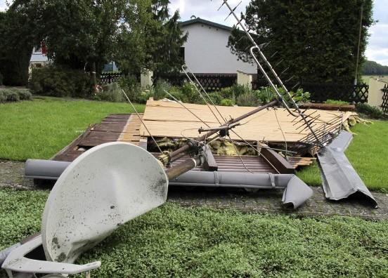 tornado w tet in hessen sturm macht dachziegel zu. Black Bedroom Furniture Sets. Home Design Ideas