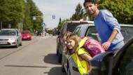 Der Schulweg gilt als Knackpunkt: Ihn sicherer zu machen, ist Ziel einer neuen Verkehrsvorschrift der Bundesregierung.