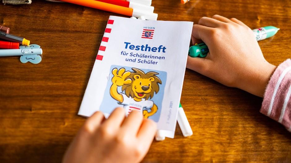 Nur für Schüler: Das neue Testheft wurde nach den Sommerferien in den hessischen Klassen ausgeteilt.