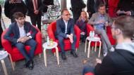 Roter Sessel für roten Minister: Heiko Maas im Gespräch mit Bürgern in Darmstadt