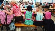 Kariert, hochgeschnürt und rüschenumrahmt: Oktoberfest-Gäste in Frankfurt, gesehen 2012