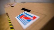 """""""Wer CDU-Politik will, wählt inzwischen AfD"""", sagt der AfD-Sprecher Markus Fuchs. Das Bild zeigt eine Wahlurne in Hofheim am Taunus beim Landesparteitag."""