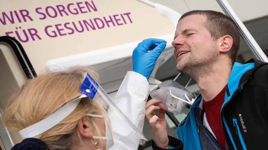 Bohrung: Eine Ärztin nimmt eine Probe für einen Corona-Test, gesehen in Königstein