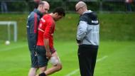 Schmerz, laß nach: Nelson Valdez (Mitte) mit Physiotherapeut Maik Liesbrock und Trainer Thomas Schaaf (rechts)