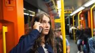 Guter Empfang: Die Mobilfunkanbieter haben die Erreichbarkeit auch in der U-Bahn verbessert.
