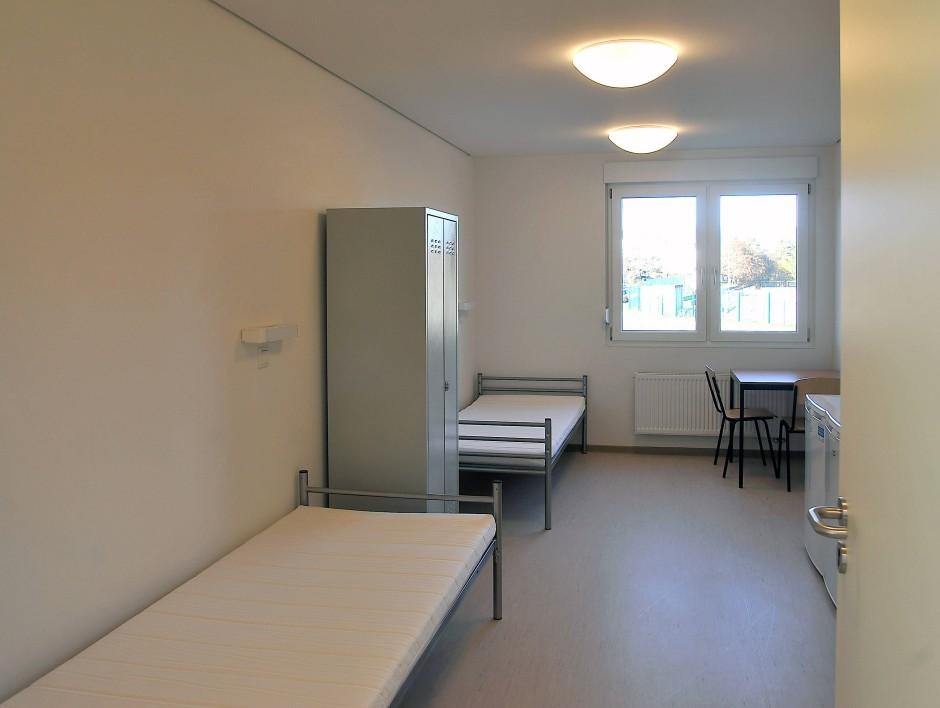 Zweckmäßig: ein Zimmer in einem der Neubauten für Flüchtlinge in Oberursel
