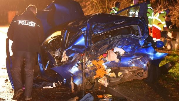 Raser nach Unfall auf Parkplatz an A5 wegen Mordes verurteilt