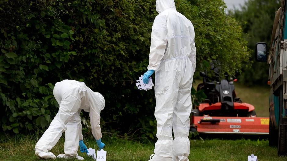 Fingerspitzengefühl: Kriminalbeamte sicherten Spuren nach dem Fund der sogenannten Ikea-Leiche in Nieder-Eschbach im August 2016