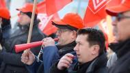 Tröten und pfeifen: Nicht nur in Kassel streiken Mitglieder der Industriegewerkschaft Metall, sondern auch wie hier in Meßkirch in Baden-Württemberg.