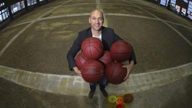 Will Hamburg zu einer Basketball-Stadt machen : Pascal Roller, früher in Frankfurt an der Kugel
