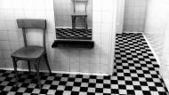 Ein Stuhl im Spiegel. Kunst von Abisag Tüllmann