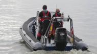 Polizisten suchen bei Usedom nach Wrackteilen eines abgestürzten Kleinfliegers.