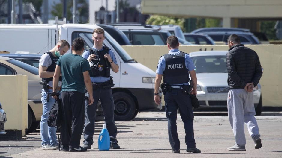 Ermittlungen: Nach den Attacken auf die Einsatzkräfte befragen Polizisten Zeugen vor Ort.