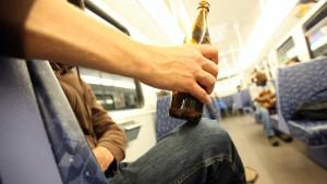 Innenminister besteht auf Alkoholverbot in S-Bahnen