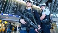 Nach den Anschlägen in Brüssel sicherten Beamten der Bundespolizei den Flughafen in Frankfurt.