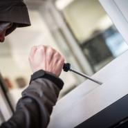 Aufbruch: Ein Einbrecher knackt ein Fenster (Symbolbild)