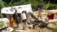 Ein Zelt und wenig mehr: Vater Lazoma Virgule muss seine Tochter Daniella in Darbonne auf Haiti auf dem Schotterboden meistens tragen, Donald schleppt dann den Rollstuhl hinterher.