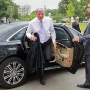 Unterwegs: Volker Bouffier (CDU) steigt aus seinem Dienstwagen aus. Derzeit befindet er sich in Südafrika (Archivbild).