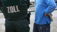 Kontrollgang: Zöllner wurden auf Baustellen in Rhein-Main bei der Suche nach Schwarzarbeitern fündig (Symbolbild)