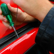 Diebstahlserie: Mit einem Schraubendreher kann sich ein Autodieb Zugang zum Wagen verschaffen (Symbolbild).