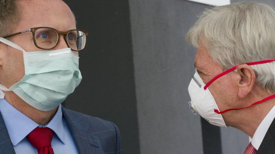 Abstimmung: Ministerpräsident Bouffier (rechts) und Gesundheitsminister Klose haben sich auf Städte für das Tübinger Modell verständigt.