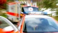 Notfall: Zwei Bauarbeiter sind in Nordhessen sechs Meter tief gefallen und dabei schwer verletzt worden.