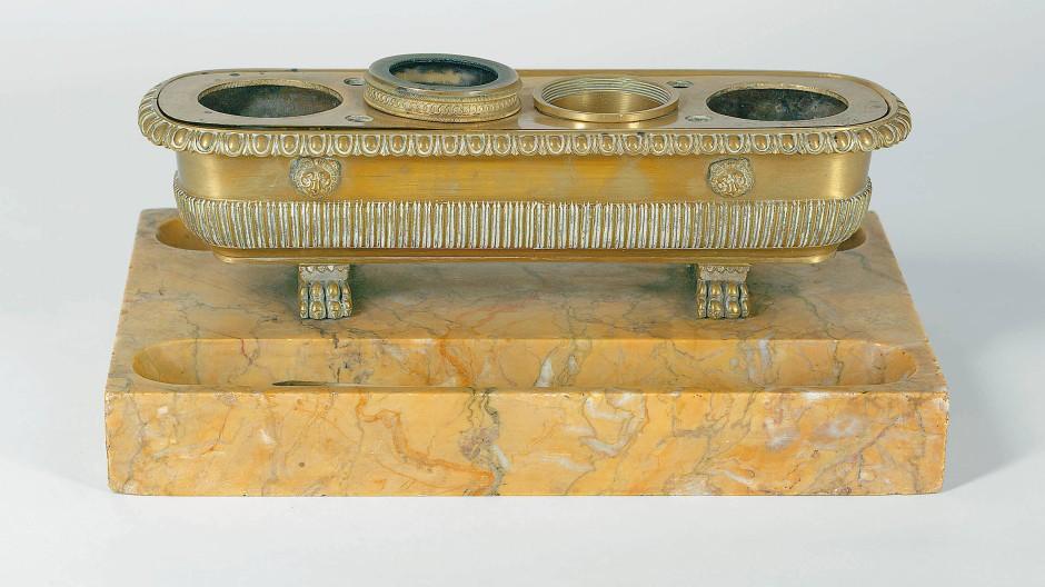 Marmor und Messing: Schreibzeug der Bettine von Arnim, erstes Viertel des 19. Jahrhunderts