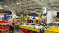 Mitarbeiterinnen von Amazon in Bad Hersfeld labeln neu eingegangene Ware – bald gibt es auch Verteilzentren in Friedrichsdorf und Weiterstadt