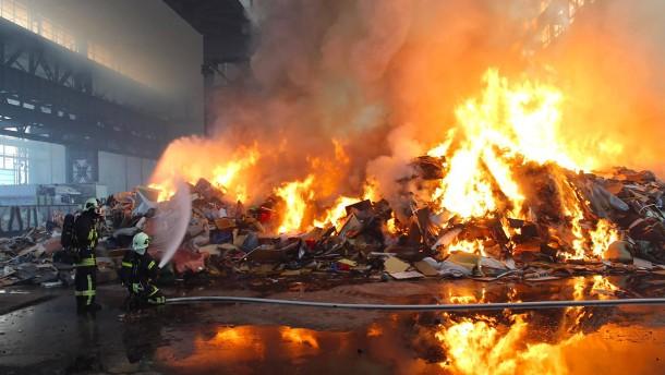 Feuerwehr kämpft sieben Stunden gegen Großfeuer auf Recyclinghof