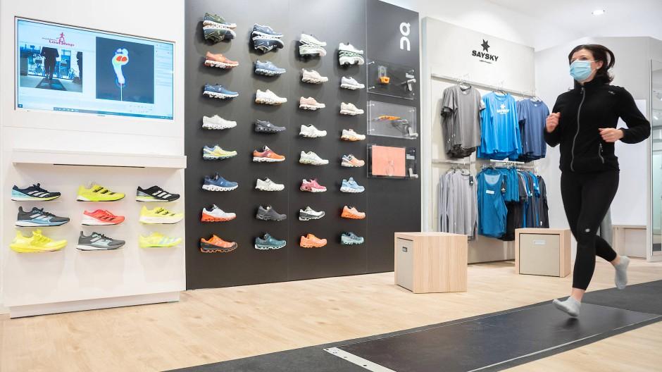 Zum perfekten Laufschuh: Mit einer dynamischen Druckmessplatte kann der passende Schuh gefunden werden.