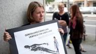 Frauen nehmen am 24.8.2011 in Berlin an einer Aktion von Terre des Femmes e.V. teil. Sie machen auf die Folgen von Genitalverstümmelung aufmerksam (Archivbild).