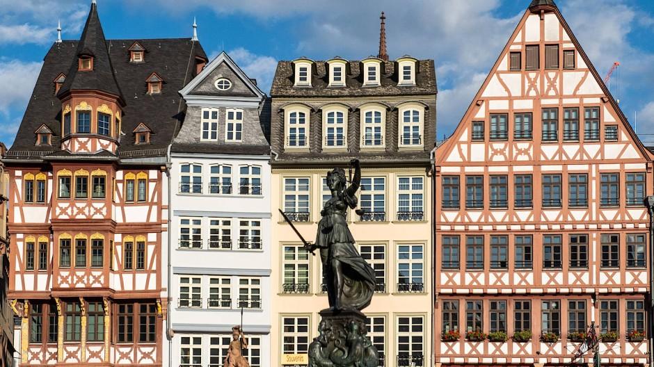 Strenge und Anmut am Römerberg: Die Göttin der Gerechtigkeit schwingt das Schwert und lässt das Knie unter dem wallenden Kleid hervorblitzen.