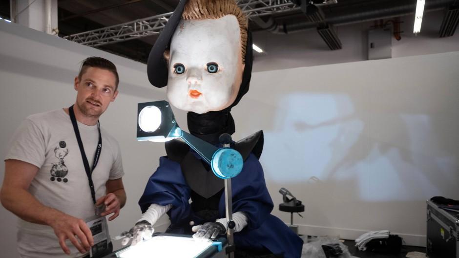 """""""Gymnasia"""": Chris Lavis ist einer der Künstler, die zwischen Realität und Unwirklichkeit changierende Arbeit geschaffen haben"""