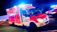 Einsatz: Der Fahrer des nahe Edertal verunglückten Kleintransporters ist in ein Krankenhaus gefahren worden. (Symbolfoto)