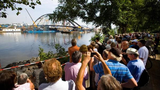 Gewitterwarnung: Einschwimmen der Main-Brücke gestoppt