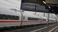 Junge büxt nachts aus und nimmt Zug nach Frankfurt