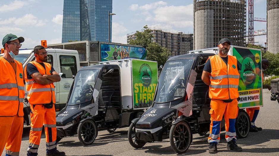 Für ein saubereres Frankfurt: Mitarbeiter vom neuen Express-Dienst der Stadtreinigung vor den Cargo-Bikes.