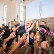 """Umringt von Kindern: Bundespräsident Frank-Walter Steinmeier nach dem Festakt zum Jubiläum """"100 Jahre Grundschule und 50 Jahre Grundschulverband"""" in der Frankfurter Paulskirche"""
