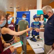 Engagiert: Ehrenamtler vom Technischen Hilfswerk im Gespräch mit Jugendlichen