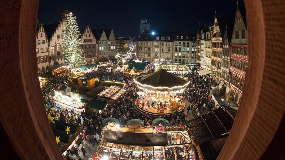Beliebter Treffpunkt: In den Römerhallen und in der Paulskirche findet ein Künstler-Weihnachtsmarkt statt.