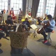 Was fühlt ihr, wenn ihr diese Musik hört? Daniel Müller-Schott spielt im Jugendtreff in Frankfurt.