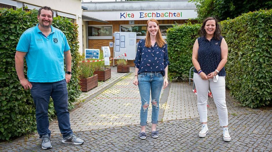 Im Team: der Leiter der Kita Christian Röder mit der Erzieherin Selina Jung und der spanischen Kraft Marta Ferreras-Presa (rechts)