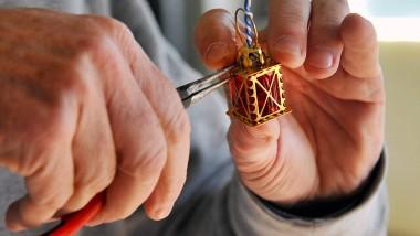 Filigran: Ein Laternchen wird aus acht Teilen in Handarbeit gefertigt.