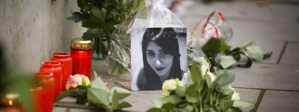 Abschied: Menschen gedenken der getöteten Studentin Tugce Albayrak auf dem McDonalds-Parkplatz in Offenbach.