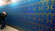 Im Fokus: Judentum, Christentum und Islam. Vereint auf dieser Wand, waren Menora, Kreuz und Halbmond in diesem Jahr im Berliner Bode-Museum zu sehen.