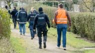 Spurensuche: Polizeibeamte durchsuchten am Ostermontag eine Kleingartenanlage in der Nähe der Frankfurter Messe, nachdem in der Nähe der tote Junge gefunden worden war