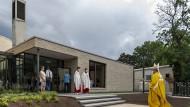 Kirche der Zukunft? Der Neubau in Goldstein präsentiert sich am Tag der Weihe mit viel Licht, Glas und Grün.