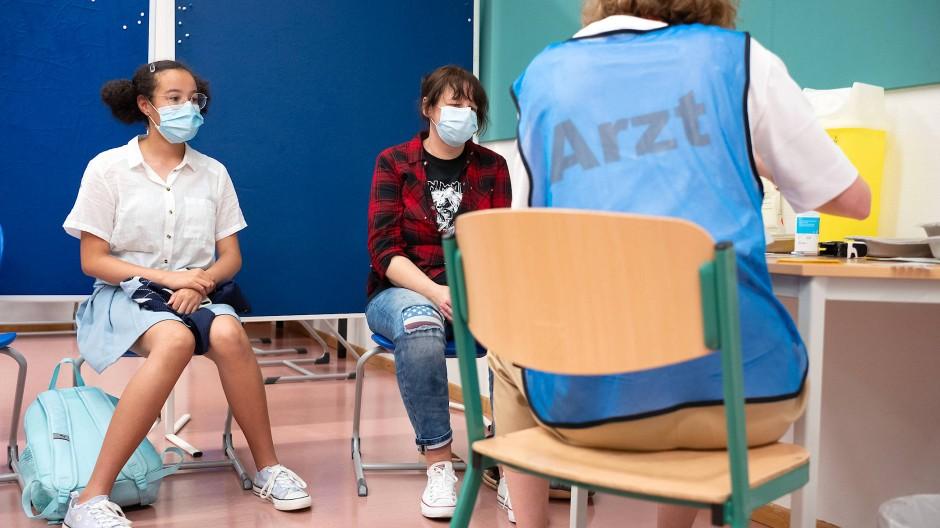 Aufgeklärt: Zwei Schülerinnen lauschen an ihrer Schule in Bad Schwalbach einer Impfärztin